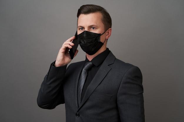 Homme affaires, chirurgical, masque médical, utilisation, téléphone portable