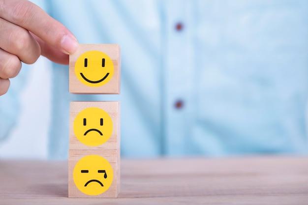 Homme d'affaires choisit une émoticône sourire