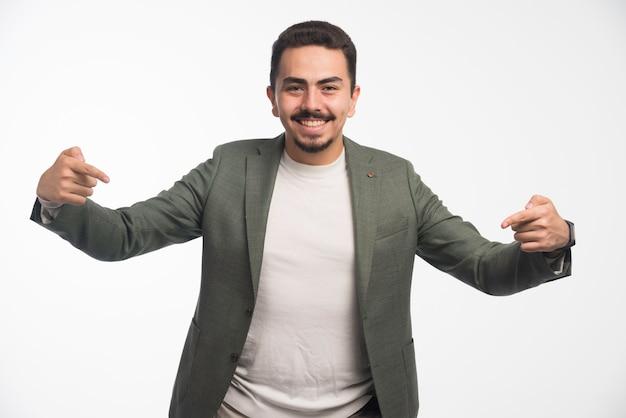 Un homme d'affaires en code vestimentaire se pointant.