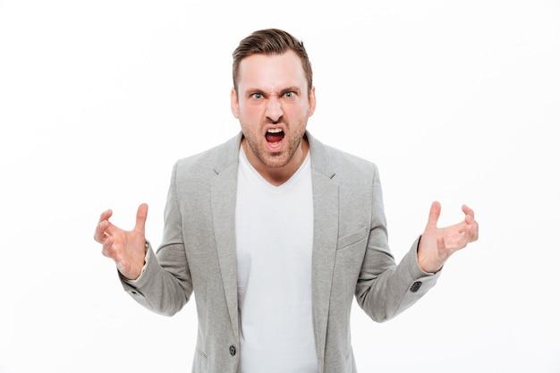 Homme d'affaires en colère debout isolé