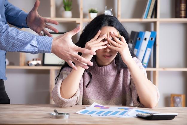 Homme d'affaires en colère avec une femme triste au bureau