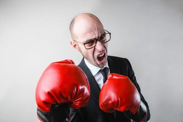 Homme d'affaires en colère avec des gants