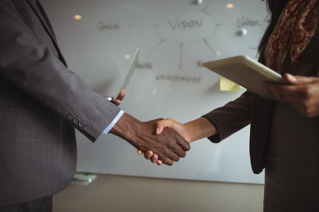 Homme d'affaires et un collègue se serrant la main