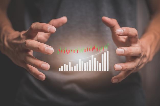 Homme d'affaires ou commerçant les investisseurs montrent un hologramme de graphique boursier.