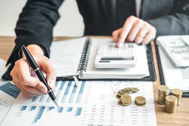Homme d'affaires comptabilité calcul des coûts investissement et économie dans le budget économique