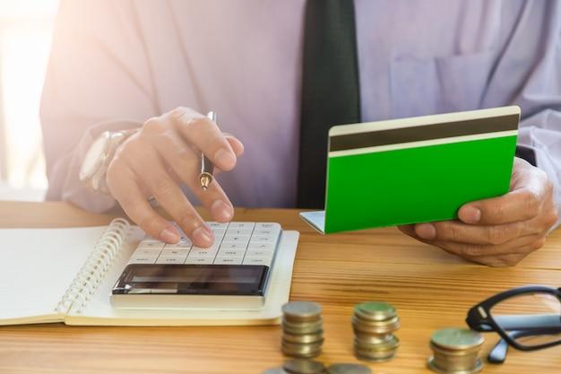 Homme d'affaires ou un comptable travaillant sur la calculatrice pour calculer le concept de données d'entreprise.