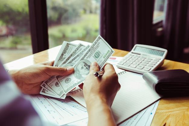 Homme d'affaires comptant de l'argent à la table