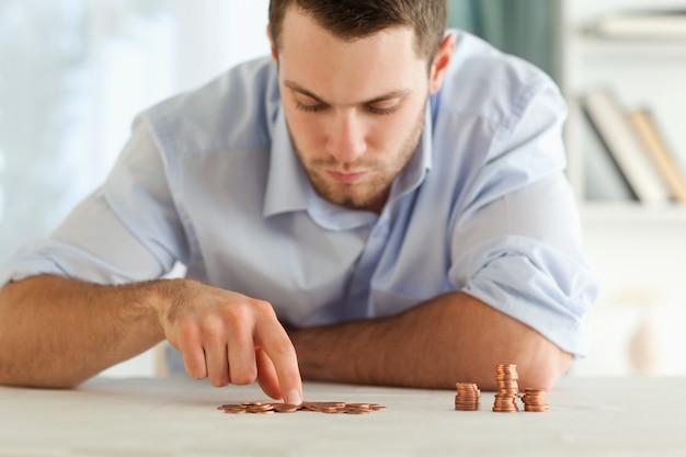 Homme d'affaires comptant ses petites pièces de monnaie