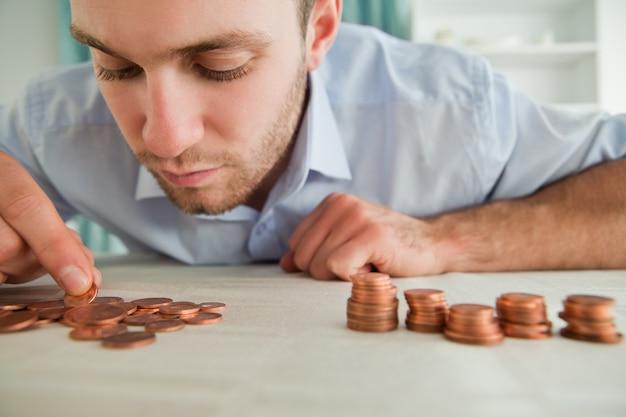 Homme d'affaires, compter les pièces