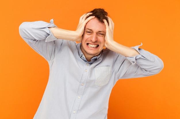 Homme d'affaires de concept de douleur humaine de mal de tête malade