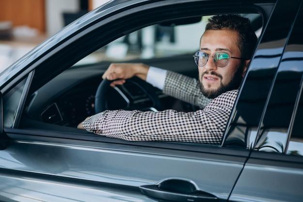 Homme affaires, conduite, dans, sien, voiture
