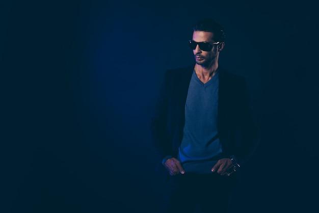 Homme d'affaires confiant avec des lunettes de soleil