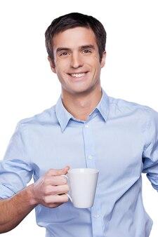 Homme d'affaires confiant. portrait de beau jeune homme en chemise bleue regardant la caméra et gardant les bras croisés tout en se tenant isolé sur blanc