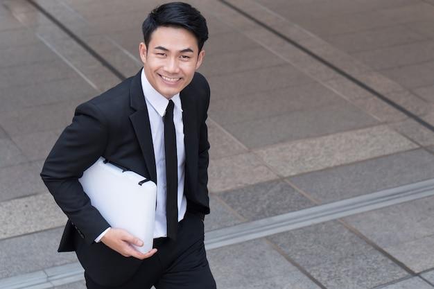 Homme d'affaires confiant à la réussite