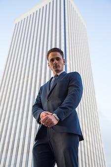 Homme d'affaires confiant sur la scène urbaine.