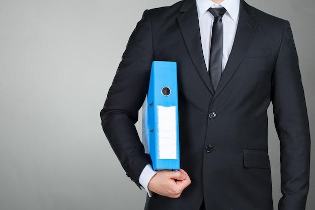 Homme d'affaires confiant tenant un dossier de documents