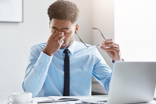 Homme d'affaires confiant travaillant sur son ordinateur portable