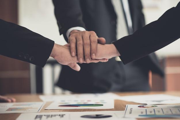 Homme d'affaires consultant réunion réunion de remue-méninges rapport projet analyse