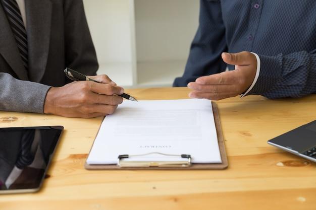 Homme d'affaires avec un contrat donnant un coup de main
