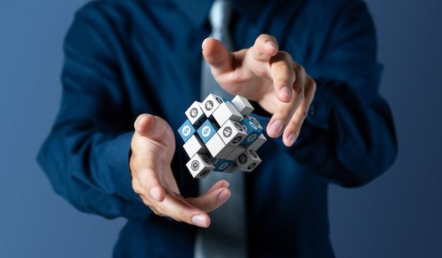 Homme d'affaires contrôle la gestion des cubes 3d