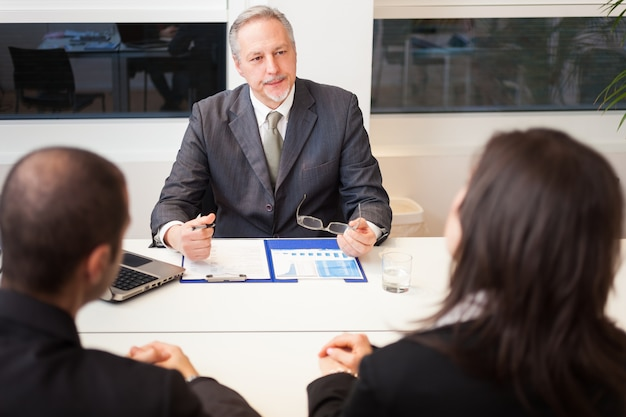 Homme affaires, conversation, couple, bureau