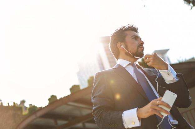 Homme affaires, conversation, écouteurs