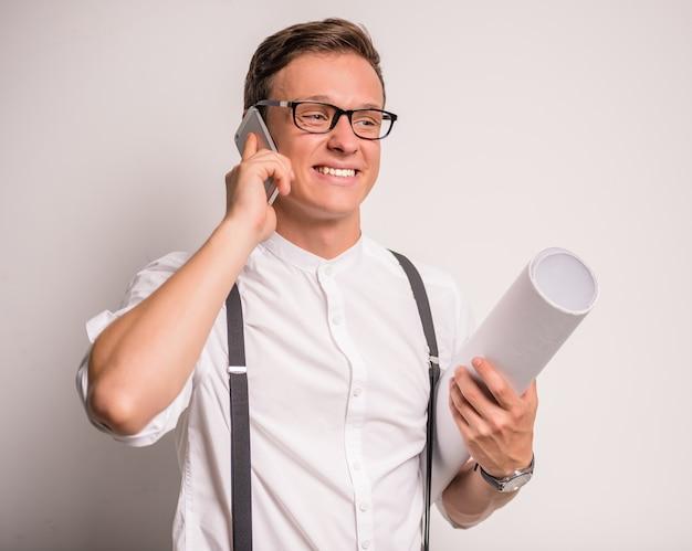 Homme d'affaires en conversation parlant au téléphone.