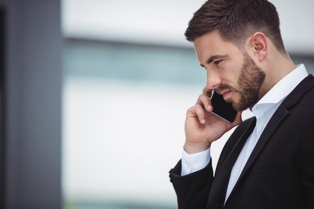 Homme affaires, conversation téléphone mobile
