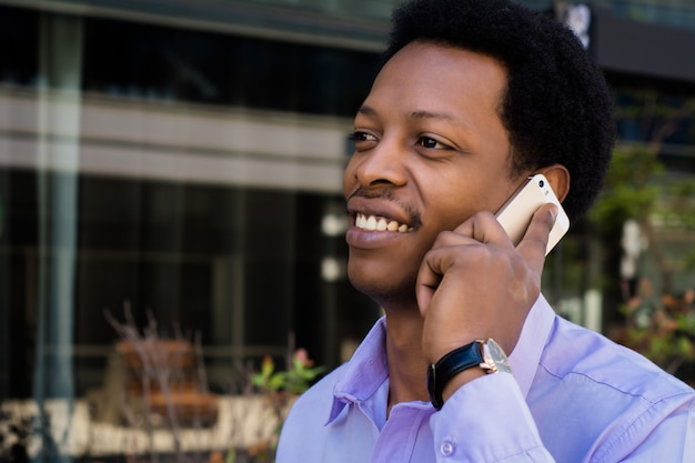 Homme affaires, conversation téléphone portable