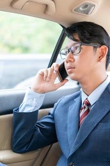 Homme affaires, conversation téléphone, voiture