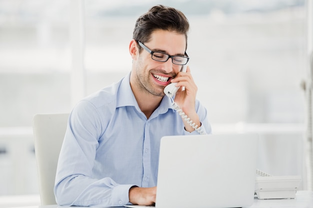 Homme affaires, conversation téléphone