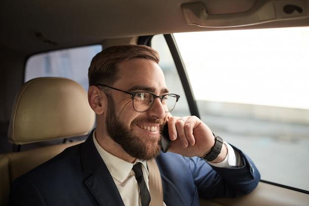 Homme affaires, conversation, téléphone