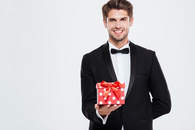 Homme d'affaires cool avec un cadeau. regardant devant