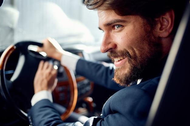 Homme d'affaires en costume au volant d'un passager de la route de voyage en voiture