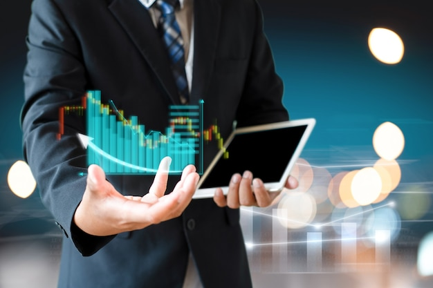 Homme d'affaires costume blanc présent tableau d'informations de l'investissement boursier