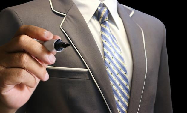 Homme d'affaires avec costume écrire tendance graphique boursier vers le haut