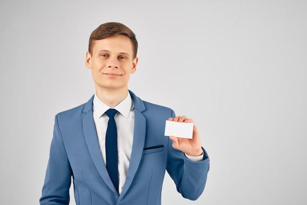 Homme d'affaires en costume fond clair espace copie carte d'identité