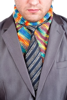 Homme d'affaires en costume gris et écharpe colorée