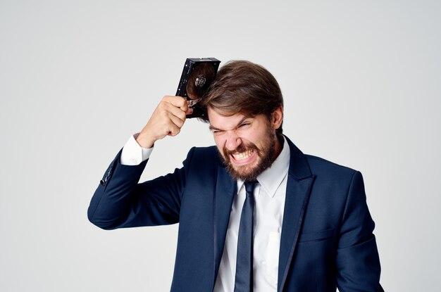 Homme d'affaires en costume et informations sur le disque dur de la technologie