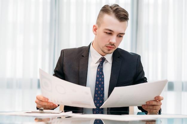 Homme d'affaires en costume intelligent travaillant au bureau