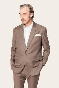 Homme d'affaires en costume marron studio portrait