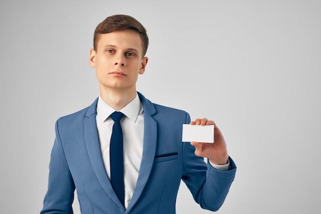 L'homme d'affaires en costume montre l'espace de copie de bureau de travail de carte personnelle. photo de haute qualité