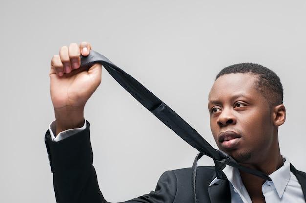 Homme d'affaires avec costume noir et cravate