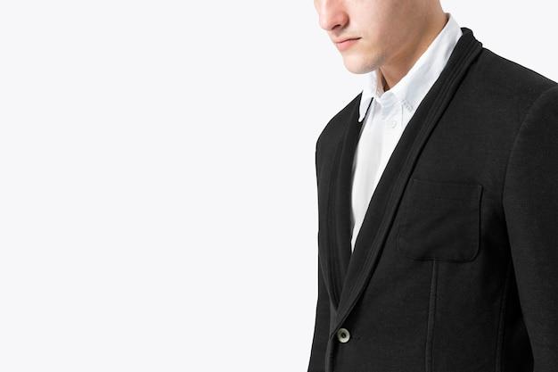 Homme d'affaires en costume noir pour le tournage en studio de vêtements pour hommes