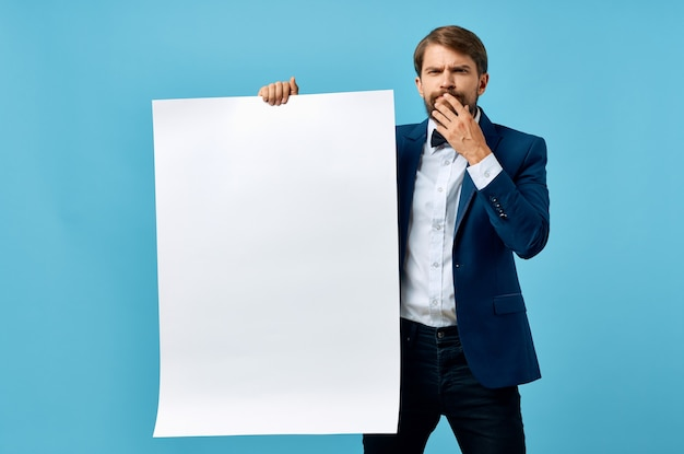 Homme d'affaires en costume présentation fond bleu copie espace maquette.