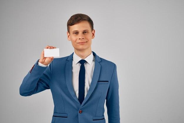 Homme d'affaires en costume avec la publicité de l'espace de copie de carte de visite cravate