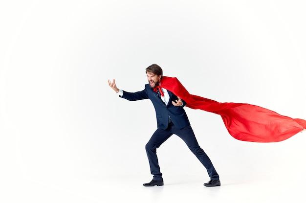 Homme d'affaires en costume rouge cape puissance super-héros défense de la ville