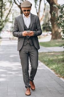 Homme d'affaires en costume avec téléphone