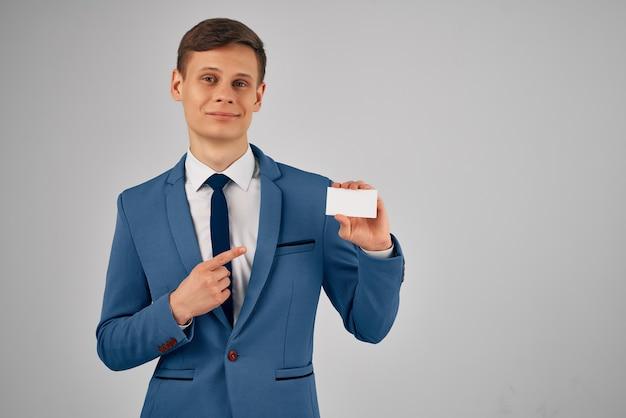 Homme d'affaires en costume tenant un espace de copie de carte de visite