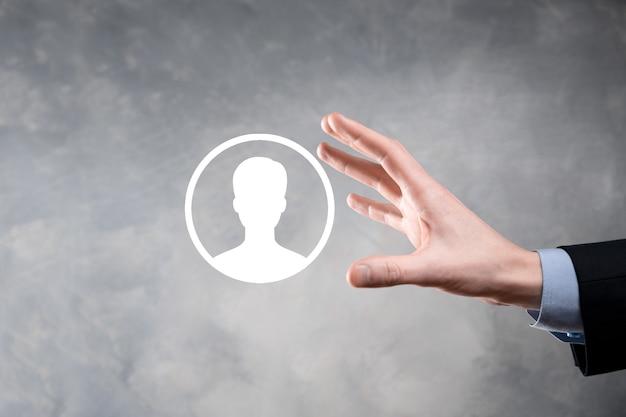 Homme d'affaires en costume tenant l'icône de la main de l'utilisateur